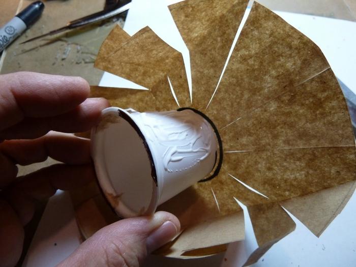 Миниатюрное ведерко из пластикового стаканчика и упаковочной бумаги (3) (700x525, 234Kb)