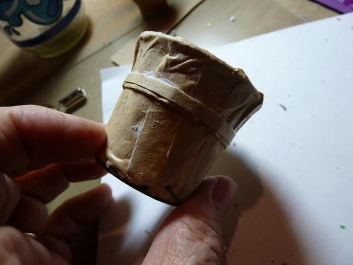 Миниатюрное ведерко из пластикового стаканчика и упаковочной бумаги (9) (700x525, 177Kb)