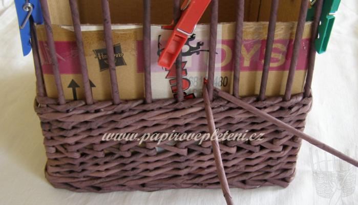 Плетение из газет. Мастер-класс по плетению скошенного верха корзинки (1) (700x401, 401Kb)