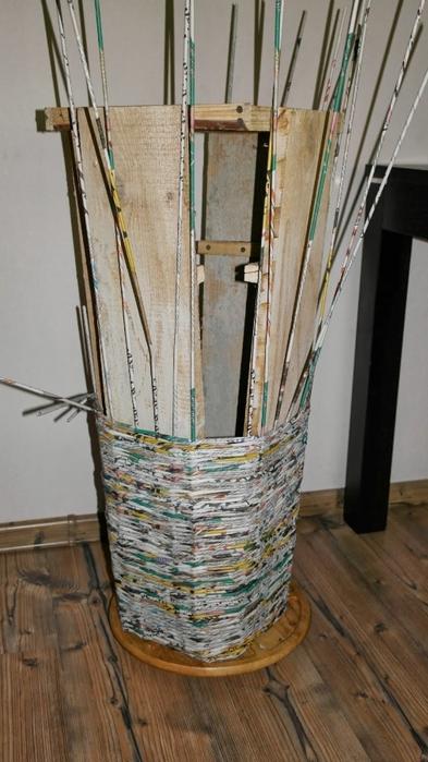 Плетение из газет. Высокое кашпо для комнатного фикуса (4) (393x700, 212Kb)