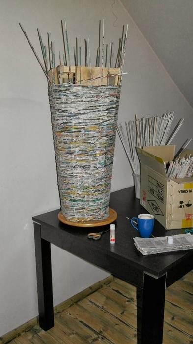 Плетение из газет. Высокое кашпо для комнатного фикуса (7) (393x700, 181Kb)