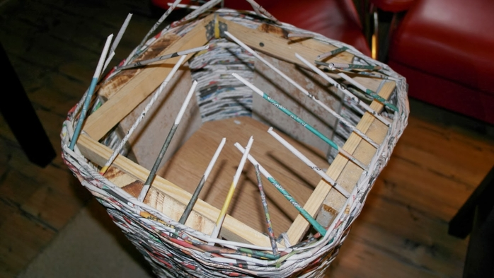 Плетение из газет. Высокое кашпо для комнатного фикуса (9) (700x393, 194Kb)