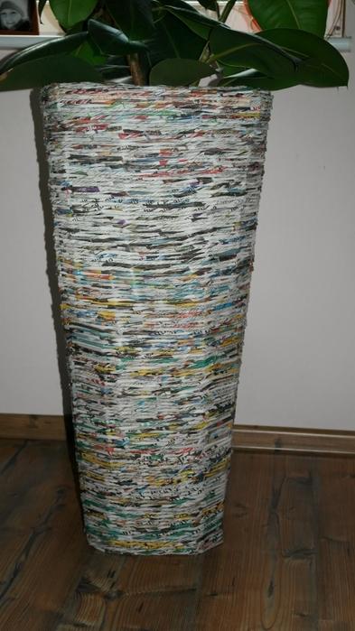 Плетение из газет. Высокое кашпо для комнатного фикуса (14) (393x700, 203Kb)
