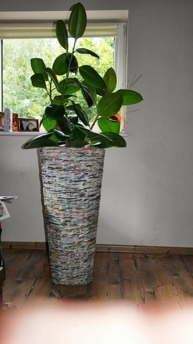 Плетение из газет. Высокое кашпо для комнатного фикуса (15) (393x700, 179Kb)