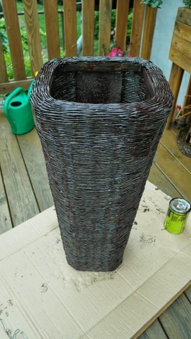 Плетение из газет. Высокое кашпо для комнатного фикуса (18) (393x700, 218Kb)