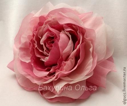 Большой красивый цветок из ткани