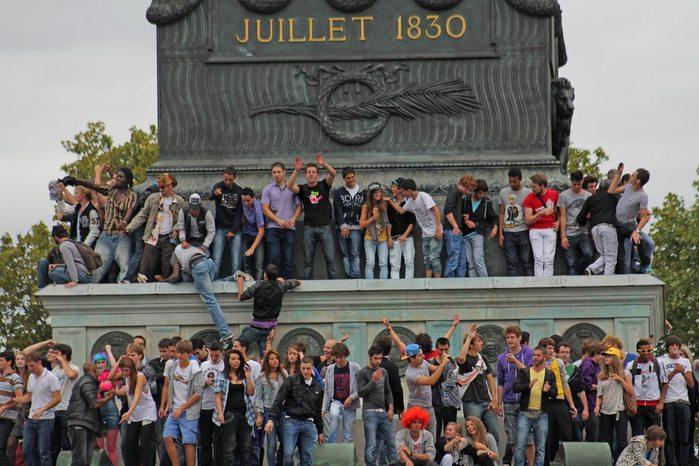 Молодежь на площади Бастилии