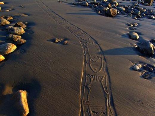 Ахмад Надальян. Рисунки, отпечатанные на песке
