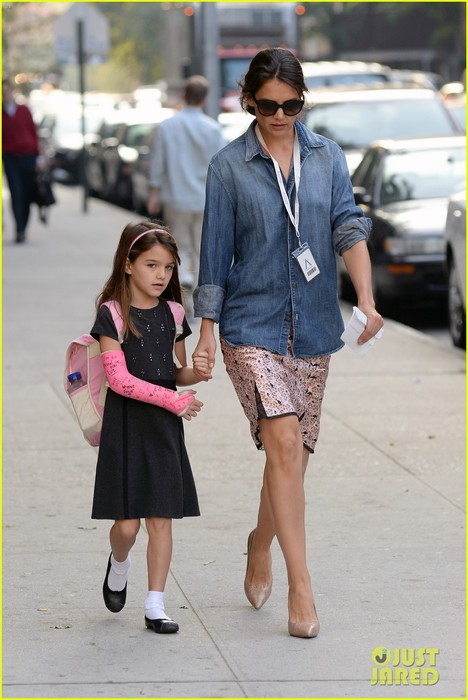 katie-holmes-takes-friday-morning-stroll-with-suri-01 (468x700, 79Kb)