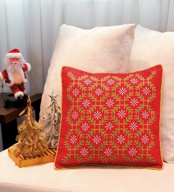 Рождественская красная подушка с вышивкой. Схема (1) (580x638, 238Kb)
