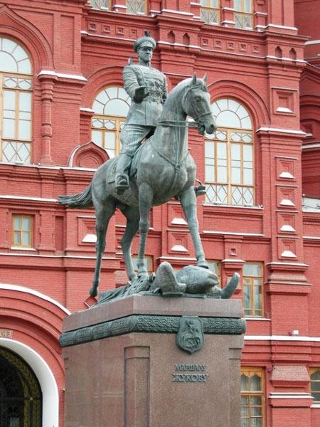 В омске на улице успешная установили памятник суворову