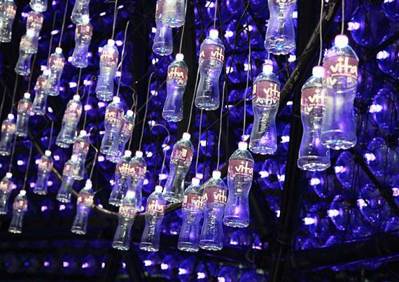 инсталляция из пластиковых бутылок гонконг 4 (570x403, 304Kb)