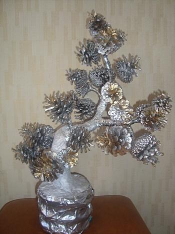 Дерево-из-шишек-с-золотом (350x467, 96Kb)