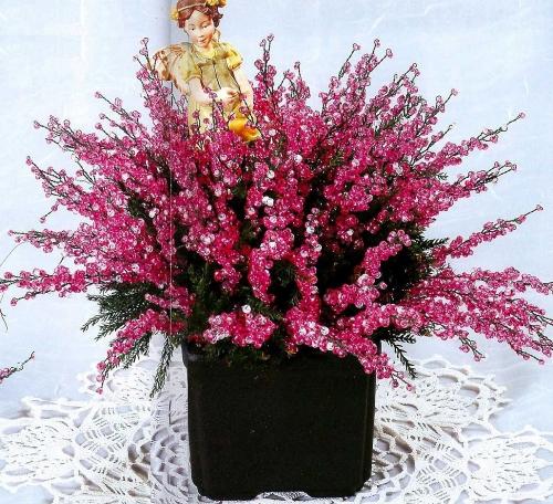 Необходимые материалы и инструменты для работы. бисер розового цвета 10 - светло-розовый бисер 19 - зеленая проволока...
