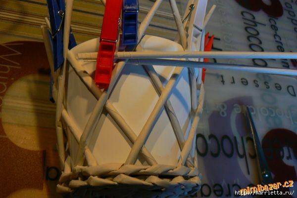 Плетение из газет. Винтажное кашпо из газетных трубочек. Идеи и мастер-класс (17) (600x401, 119Kb)