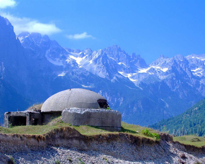 Bunker_in_Albanian_Alps (700x559, 90Kb)