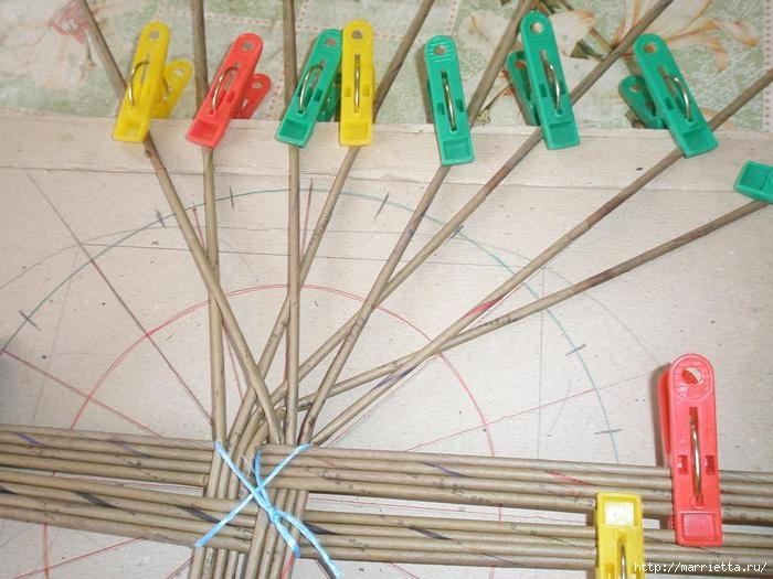 Плетение из газет. Интересный вариант плетния для панно или крышки корзинки (7) (700x525, 196Kb)