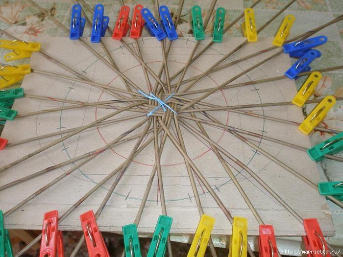 Плетение из газет. Интересный вариант плетния для панно или крышки корзинки (8) (700x525, 211Kb)