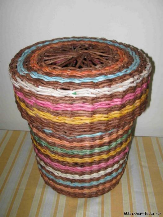 Плетение из газет. Интересный вариант плетния для панно или крышки корзинки (12) (525x700, 245Kb)