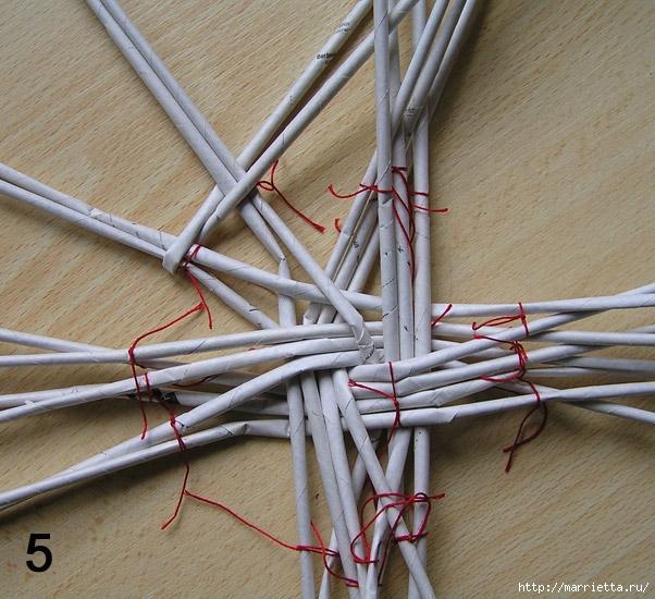 Плетение из газет. Интересный вариант плетния для панно или крышки корзинки (25) (602x550, 268Kb)