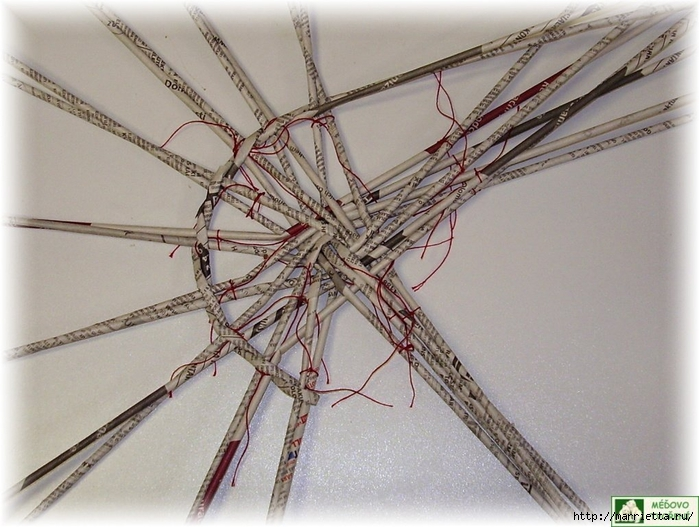 Плетение из газет. Интересный вариант плетния для панно или крышки корзинки (40) (700x527, 276Kb)