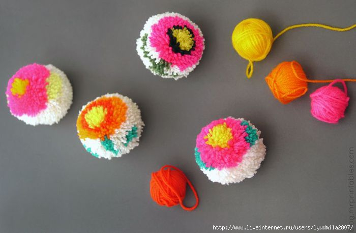 DIY-pompom-maker-how-to-make-flower-pompoms (700x458, 106Kb)