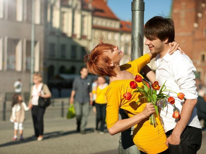 Рыжая девушка целуется с парнем фото со спины 21 фотография