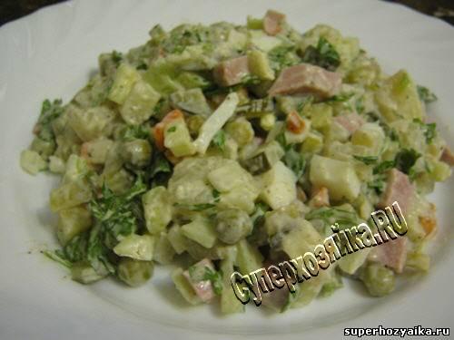 Салат оливье с копченой колбасой рецепт с