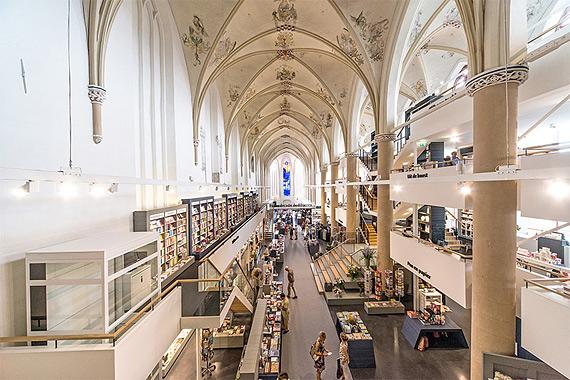 книжный магазин в церкви фото 1 (570x380, 266Kb)