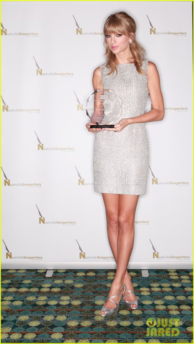 taylor-swift-songwriters-award-in-nashville-02 (395x700, 66Kb)