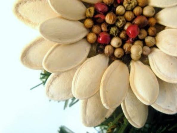 Идея праздничного декора из тыквенных семечек (7) (594x445, 108Kb)