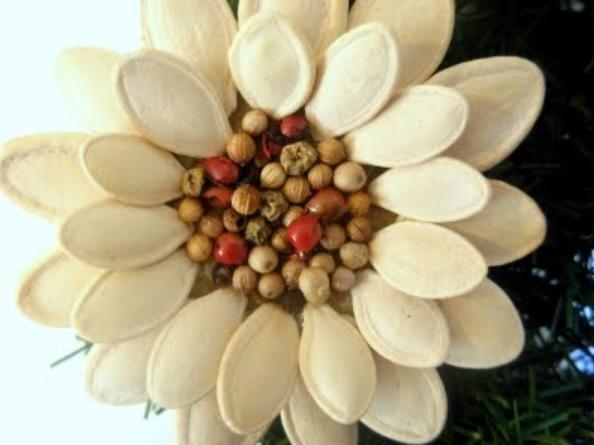 Идея праздничного декора из тыквенных семечек (10) (594x445, 111Kb)