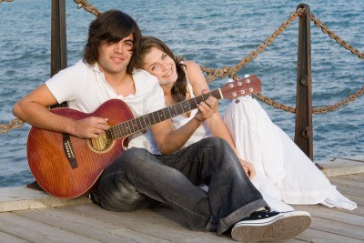 2664602-romantic-young-couple-with-guitar (400x267, 34Kb)