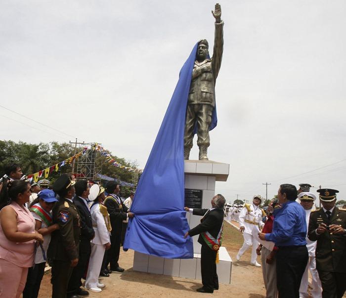 Памятник Уго Чавесу в Боливии