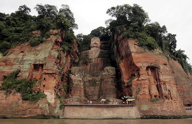 гигантская статуя будды в лэшане (620x400, 163Kb)