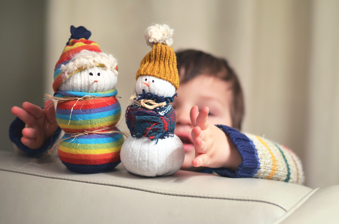 toddler-wants-the-sock-snowmen (700x463, 454Kb)
