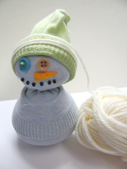Прикольный снеговик из носка с рисовым наполнителем. Мастер-класс (12) (420x560, 126Kb)