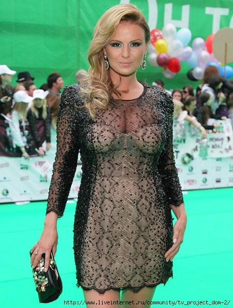 девушка с большой грудью в прозрачном платье
