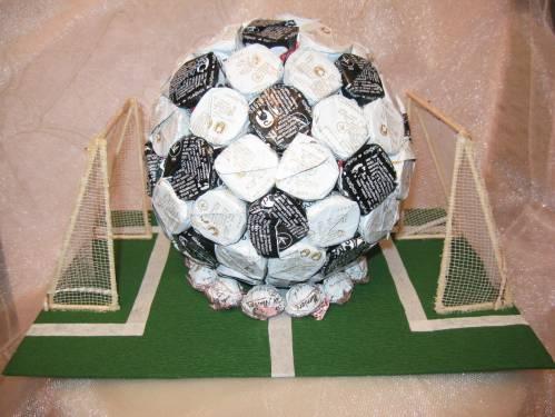 футбольный мяч из конфет (10) (499x375, 101Kb)