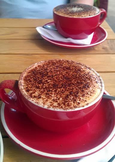 кофе в красной чашке