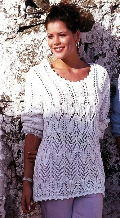 Белый пуловер с ажурным узором.