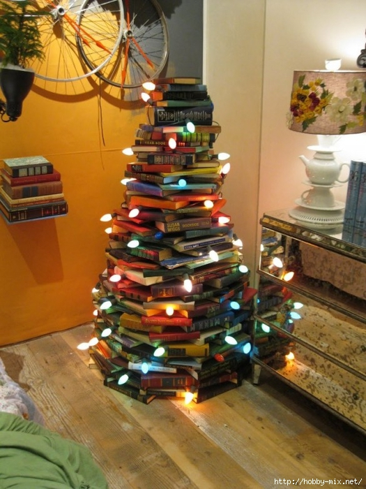 Alternative-Christmas-tree-ideas-tree-from-books-585x780 (525x700, 286Kb)