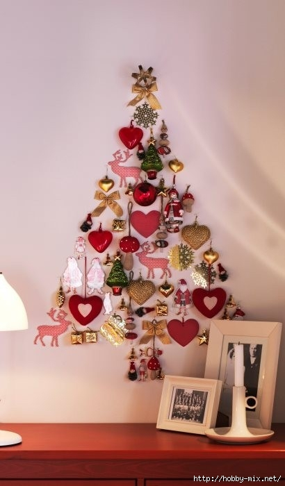 Alternative-Christmas-tree-ideas-tree-from-christmas-decorations-on-wall (410x700, 116Kb)