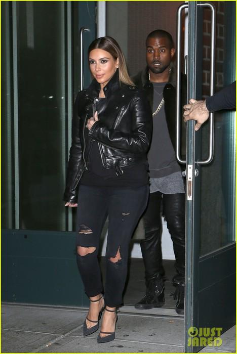 kim-kardashian-kanye-west-smile-big-for-lucky-fans-06 (468x700, 74Kb)