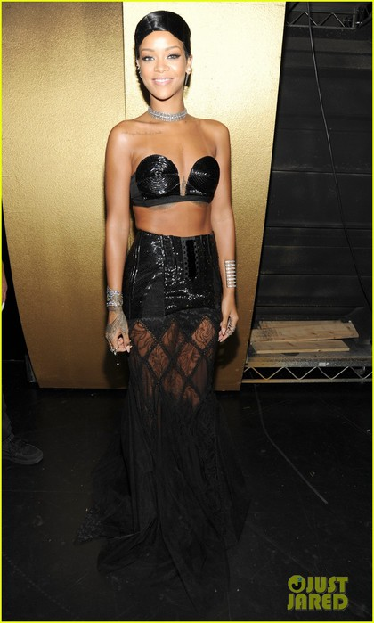 rihanna-amas-2013-backstage-appearance-after-win-02 (420x700, 67Kb)