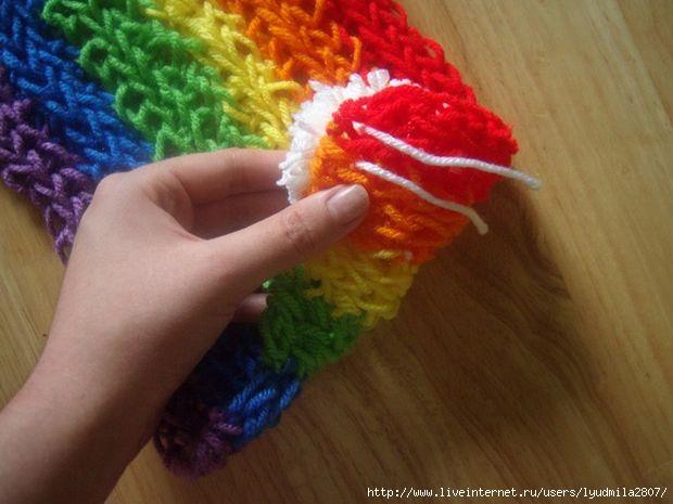 Радужный шарф из шнуров, связанных на пальцах