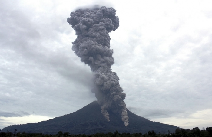 извержение вулкана синабунг фото (700x453, 117Kb)
