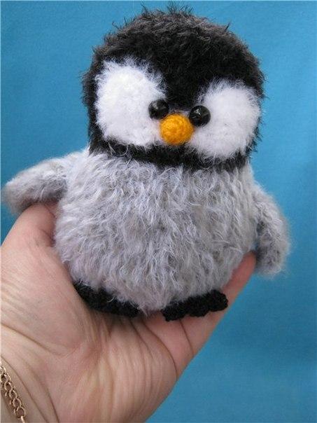 Игрушки вязанные. пингвин.  Эта игрушка вяжется крючком, вот такой очаровательный пушистик. источник.