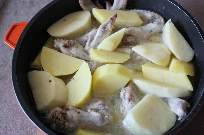 куриные крылья тушеные с картофелем и чесноком (700x466, 39Kb)