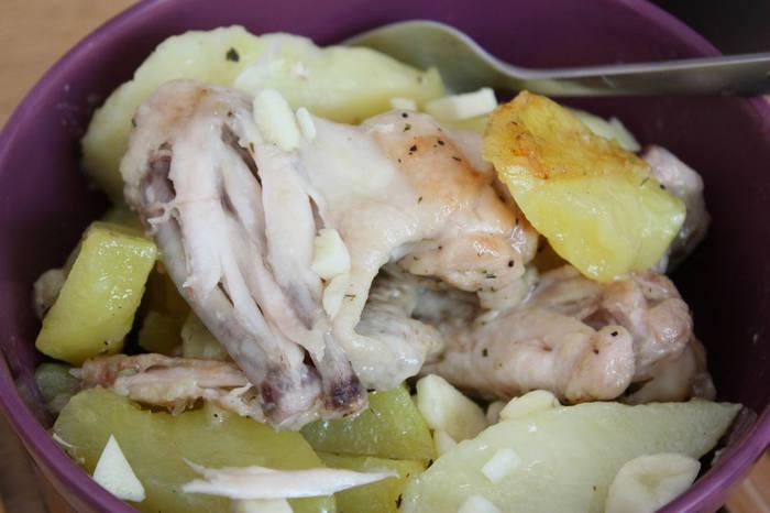 куриные крылышки тушеные с картофелем и чесноком (700x466, 35Kb)